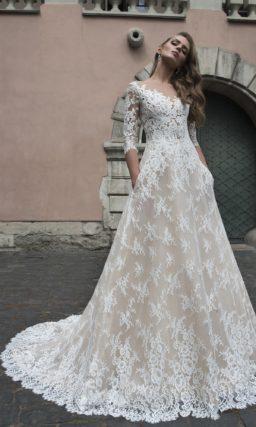 Элегантное свадебное платье «принцесса» с белоснежной кружевной отделкой на бежевой подкладке.