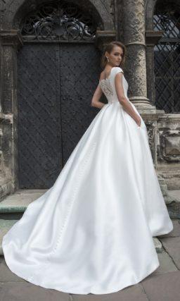 Утонченное свадебное платье с закрытыми карманами и вырезом под горло с коротким рукавом.