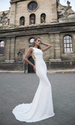 Сногсшибательное свадебное платье с кружевными вставками по бокам и длинным шлейфом.