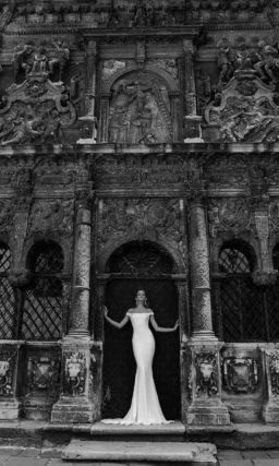 Соблазнительное свадебное платье «рыбка» с глубоким вырезом с кружевной вставкой сзади.