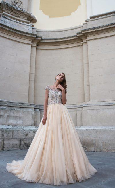 Торжественное свадебное платье с персиковой юбкой и лифом, полностью расшитым бисером.