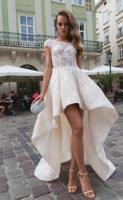Короткое кружевное платье со шлейфом