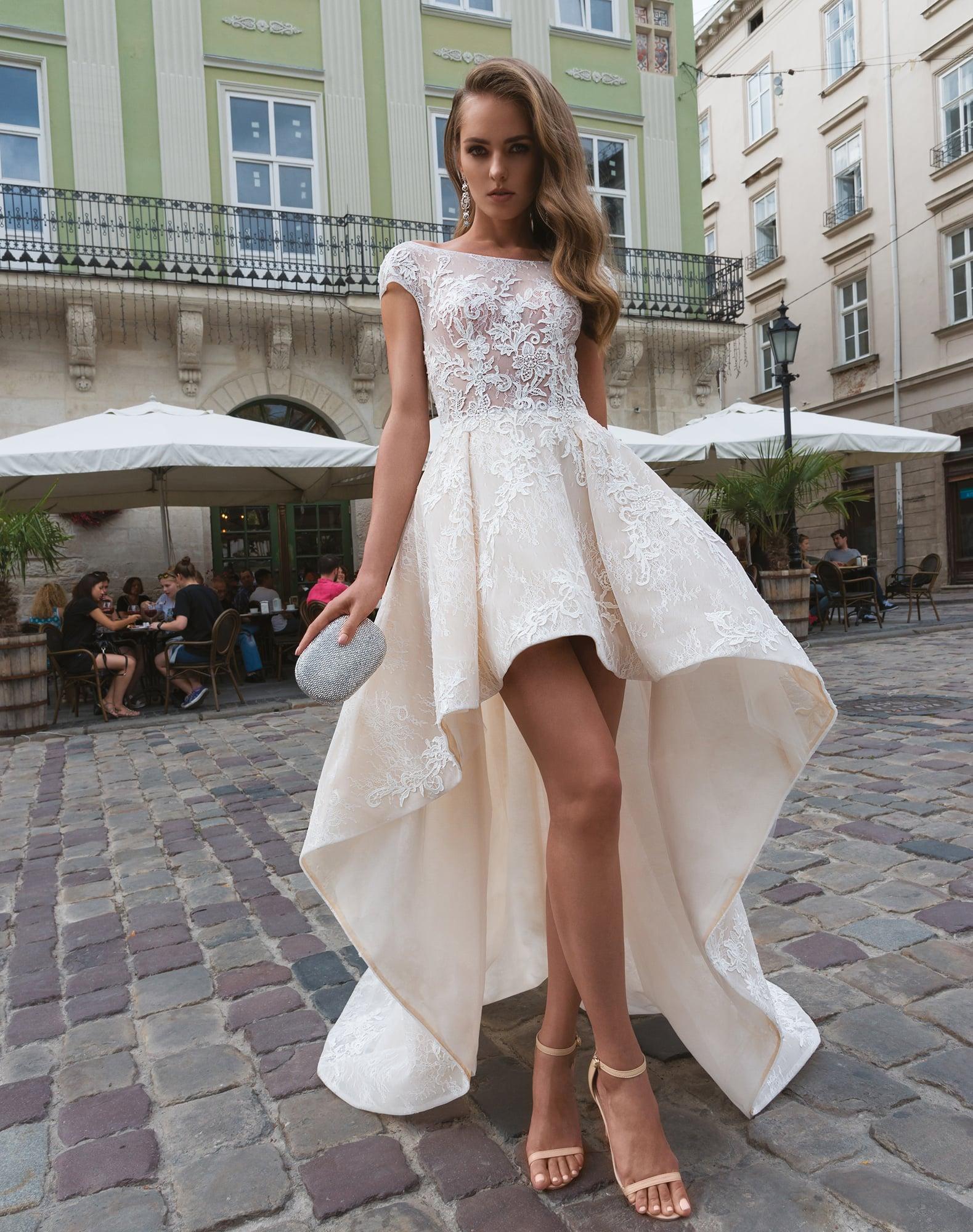 3f4a256dc530959 Свадебное платье цвета слоновой кости с пышной юбкой, укороченной спереди.
