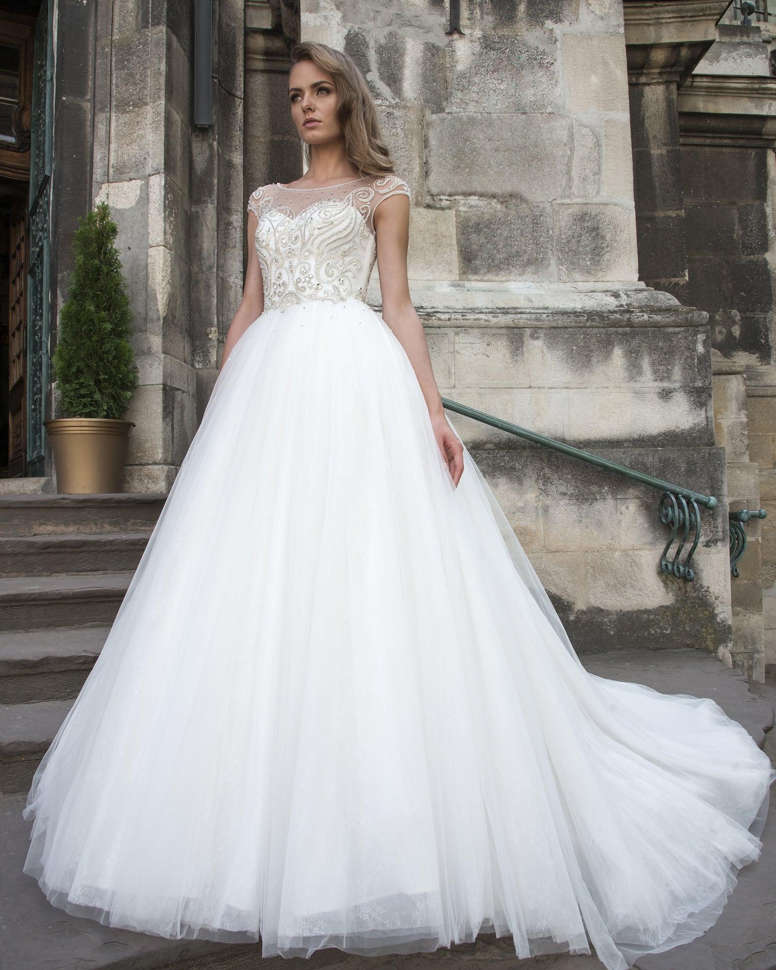 97e34e03c1b Потрясающее свадебное платье с воздушным подолом и бисерной вышивкой по  корсету.