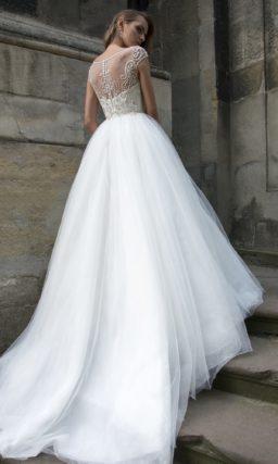 Потрясающее свадебное платье с воздушным подолом и бисерной вышивкой по корсету.