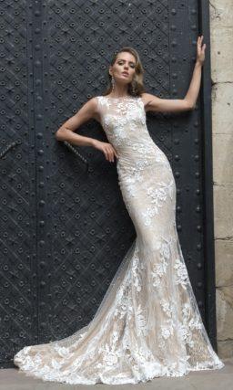 Чувственное свадебное платье с бежевой подкладкой и белой цветочной отделкой.