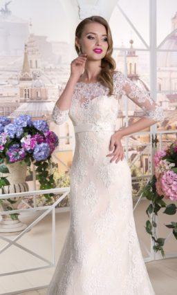 Свадебное платье цвета слоновой кости с портретным декольте и рукавом до локтя.