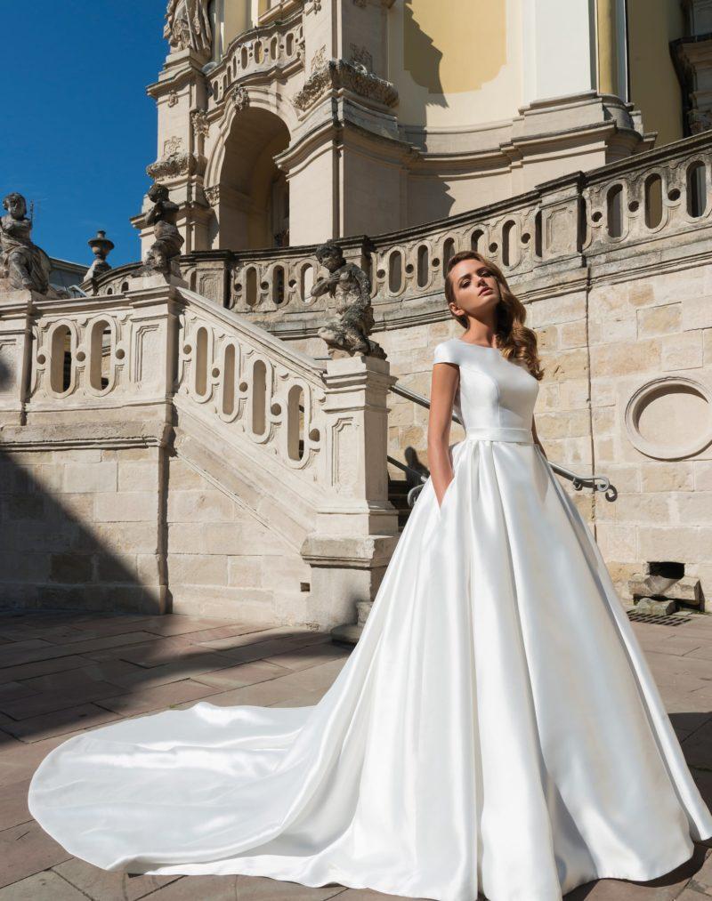 Шикарное свадебное платье из глянцевого атласа, с элегантным верхом и скрытыми карманами.