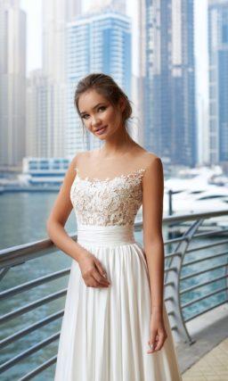 Прямое свадебное платье с вертикальными складками по подолу и открытым кружевным лифом.