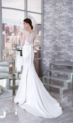 Свадебное платье «русалка» с вырезом под горло и длинным рукавом из тонкого кружева.