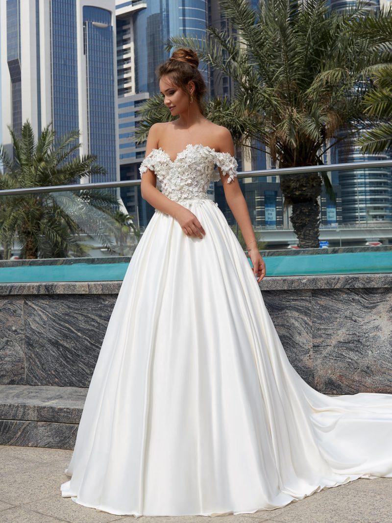 Пышное свадебное платье с атласной юбкой и объемным декором открытого лифа с бретелями.