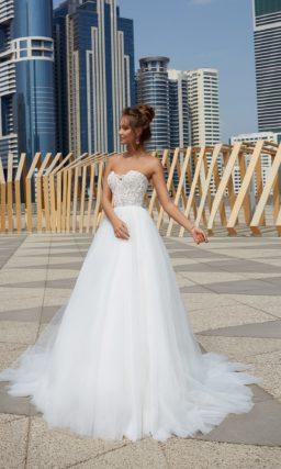 Свадебное платье с кружевом по корсету и пышной юбкой.