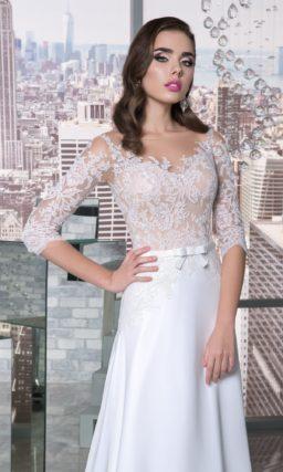 Прямое свадебное платье с бежевым корсетом, оформленным тонкой кружевной тканью.