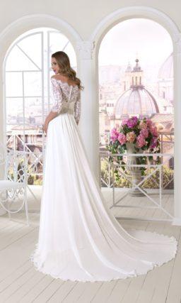 Прямое свадебное платье с кружевным рукавом длиной до локтя и изысканным шлейфом.