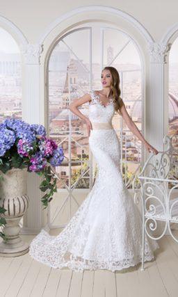 Фактурное свадебное платье «русалка» с широким кремовым поясом и ажурным лифом.