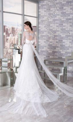 Свадебное платье «рыбка» с кружевной отделкой и фигурным портретным декольте.