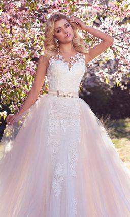 Романтичное свадебное платье с многослойной верхней юбкой и атласным поясом на талии.
