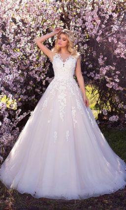 Свадебное платье цвета слоновой кости с силуэтом «принцесса» и кружевным декором.