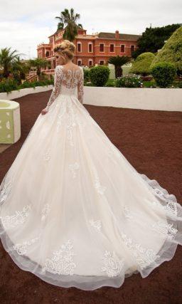 Свадебное платье цвета слоновой кости с деликатным белым кружевом и длинным рукавом.