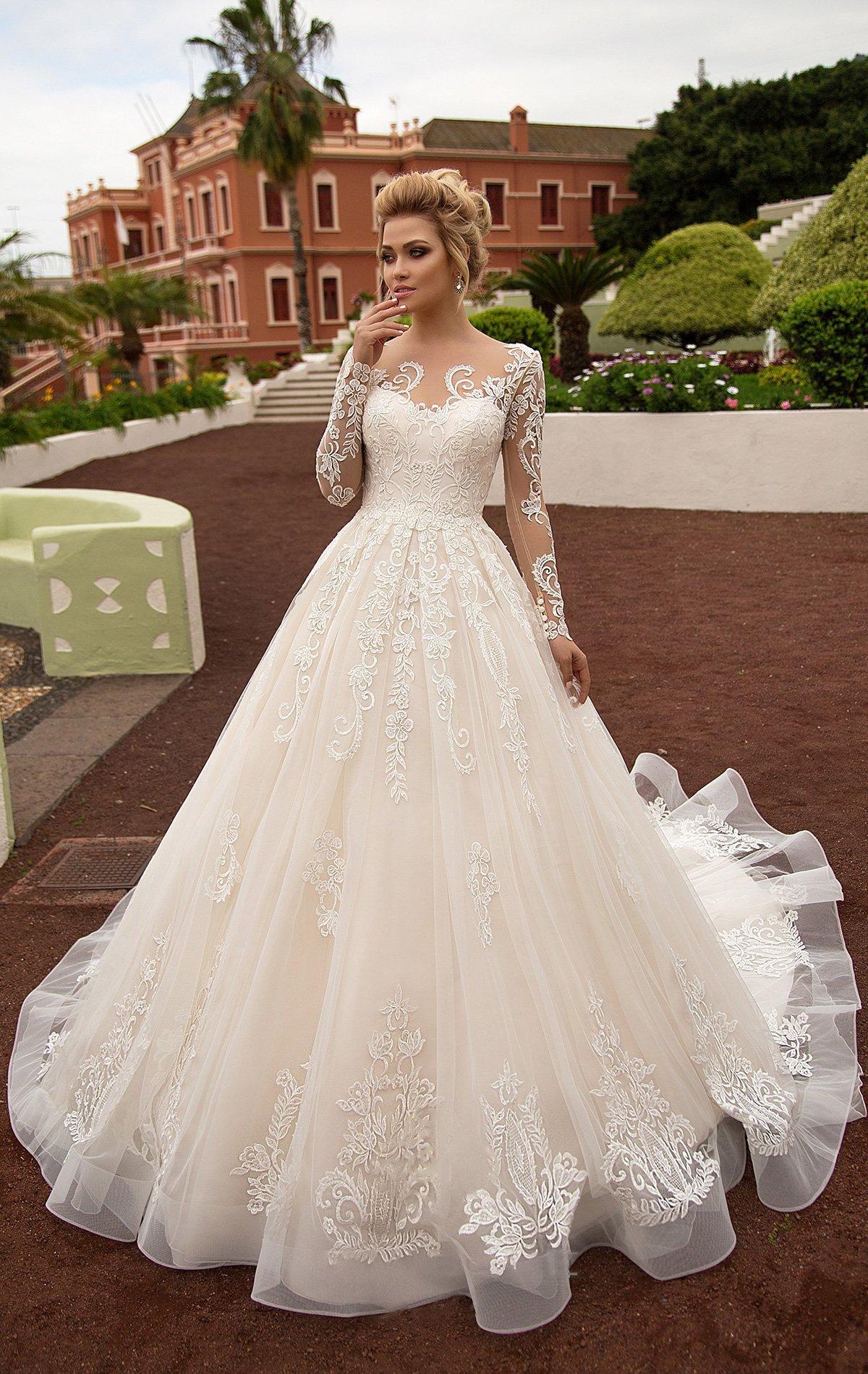 1bb3f4ae557 Свадебное платье цвета слоновой кости с деликатным белым кружевом и длинным  рукавом.