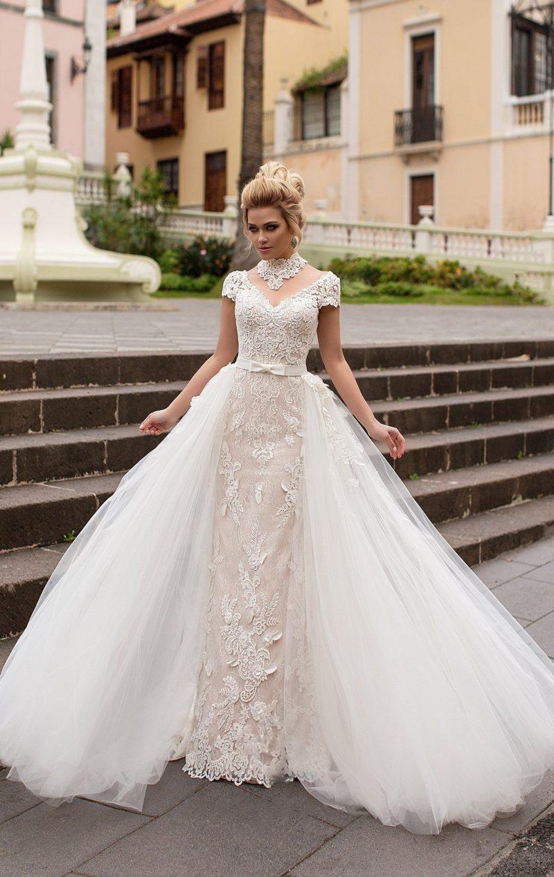Впечатляющее свадебное платье с пышной верхней юбкой и фактурным декором из кружева.