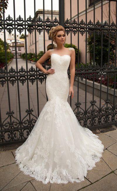 Ажурное свадебное платье «русалка» с открытым декольте в форме сердечка и кружевом на плечах.