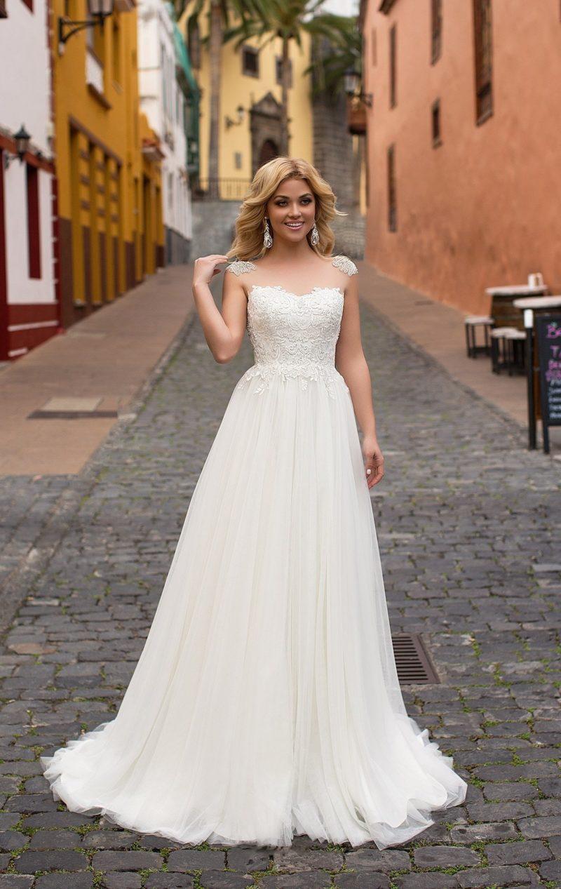 Изысканное свадебное платье с шифоновой юбкой и оригинальным кружевным верхом.