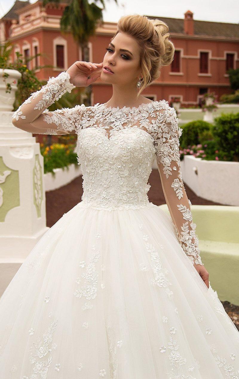 Стильное свадебное платье пышного кроя с объемным декором верха и длинных рукавов.