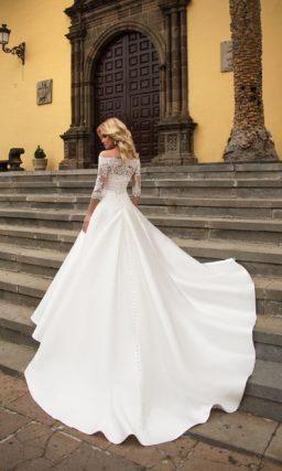 Свадебное платье с портретным декольте и потрясающей атласной юбкой А-силуэта.
