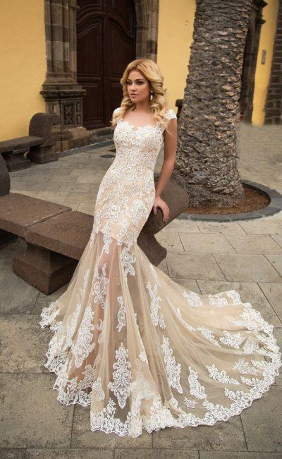 Облегающее свадебное платье бежевого цвета с полупрозрачной юбкой ниже коленей.