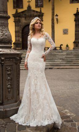 Кружевное свадебное платье женственного силуэта «русалка» с тонким длинным рукавом.