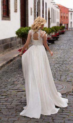 Пышное свадебное платье с фактурным корсетом и тонкой вставкой над лифом-сердечком.