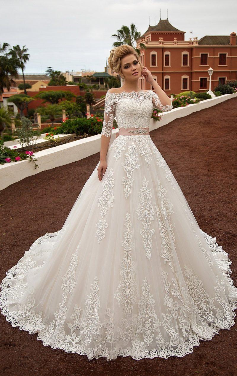 Свадебное платье «принцесса» с элегантным кружевным верхом и широким цветным поясом.