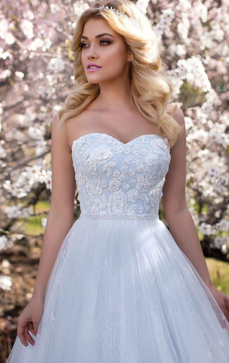Голубое свадебное платье с пышной юбкой и нежным белым декором открытого лифа.