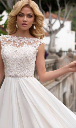 Прямое свадебное платье с закрытым кружевным верхом и многослойной шифоновой юбкой.