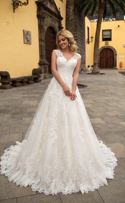 Кружевное свадебное платье «принцесса» с V-образным вырезом и широкими бретелями.