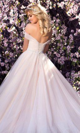 Открытое свадебное платье с пышной юбкой и широкими бретелями на предплечьях.