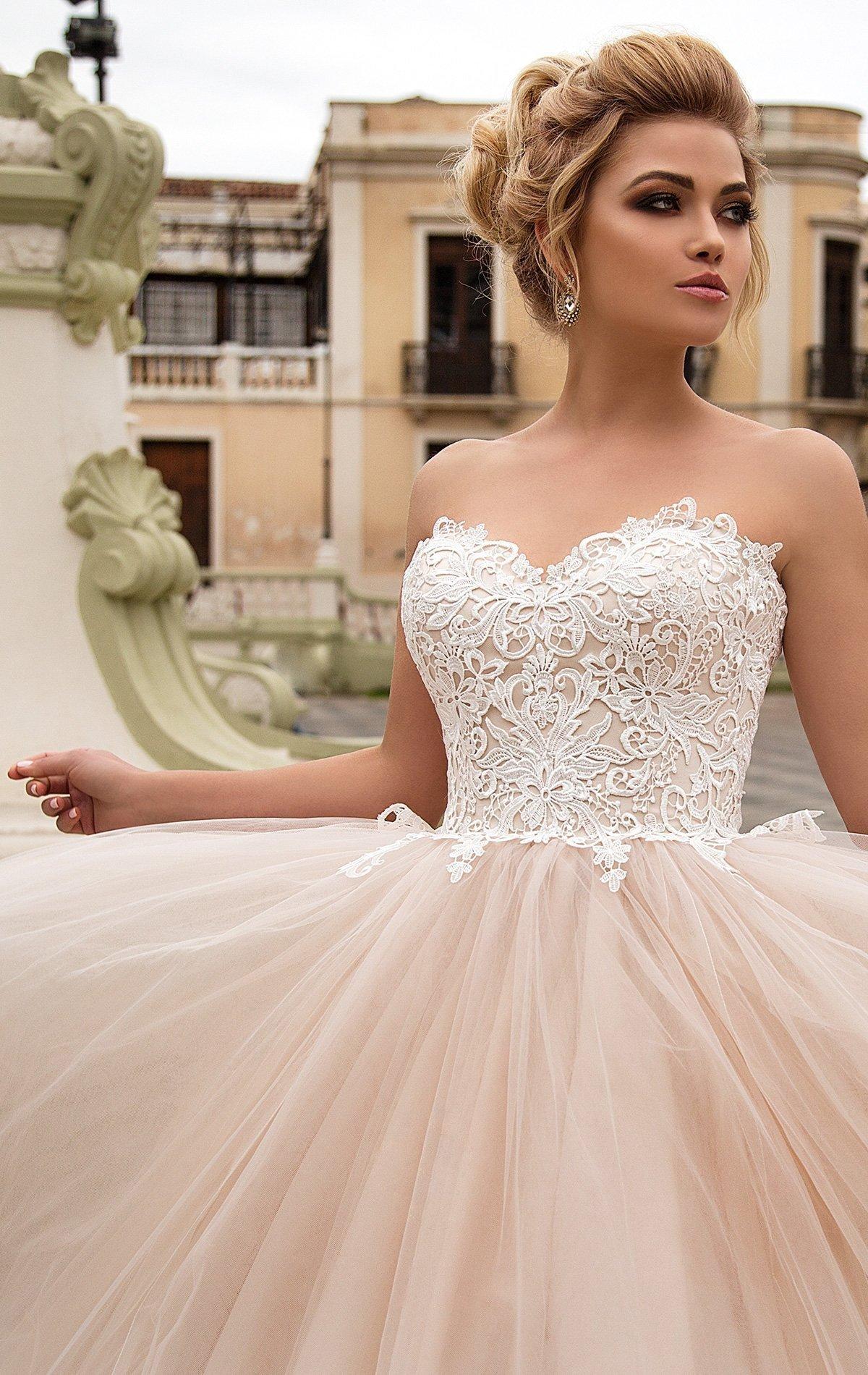 Золотистое свадебное платье с открытым кружевным корсетом и очаровательной воздушной юбкой.