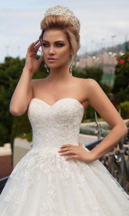 Пышное свадебное платье с романтичным тонким кружевом отделки и царственным шлейфом.