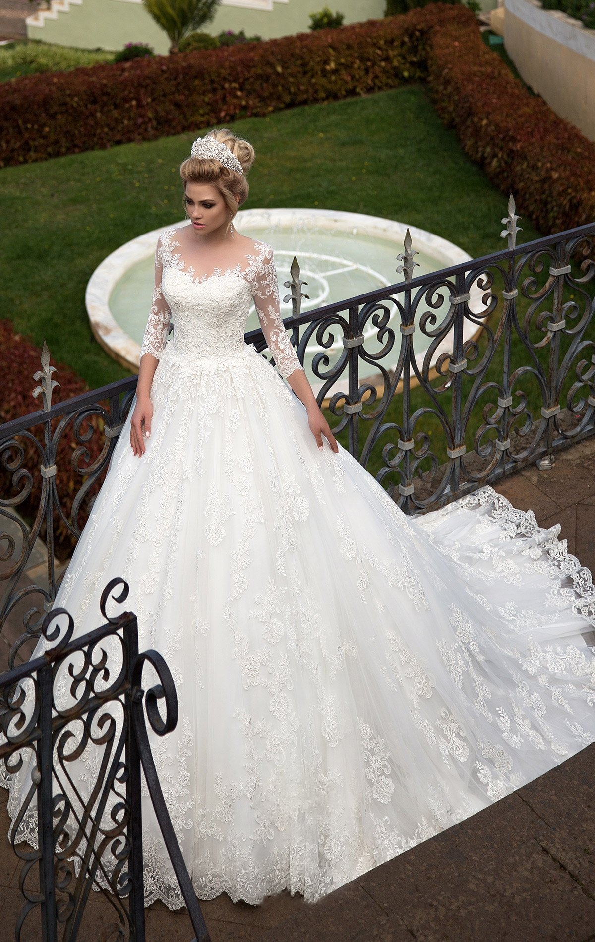 5ac80e6980e Пышное свадебное платье с романтичным тонким кружевом отделки и царственным  шлейфом.