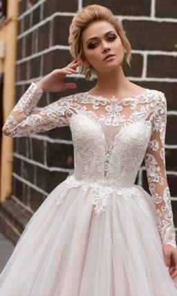Чарующее свадебное платье с длинным рукавом из крупного кружева и женственной юбкой.