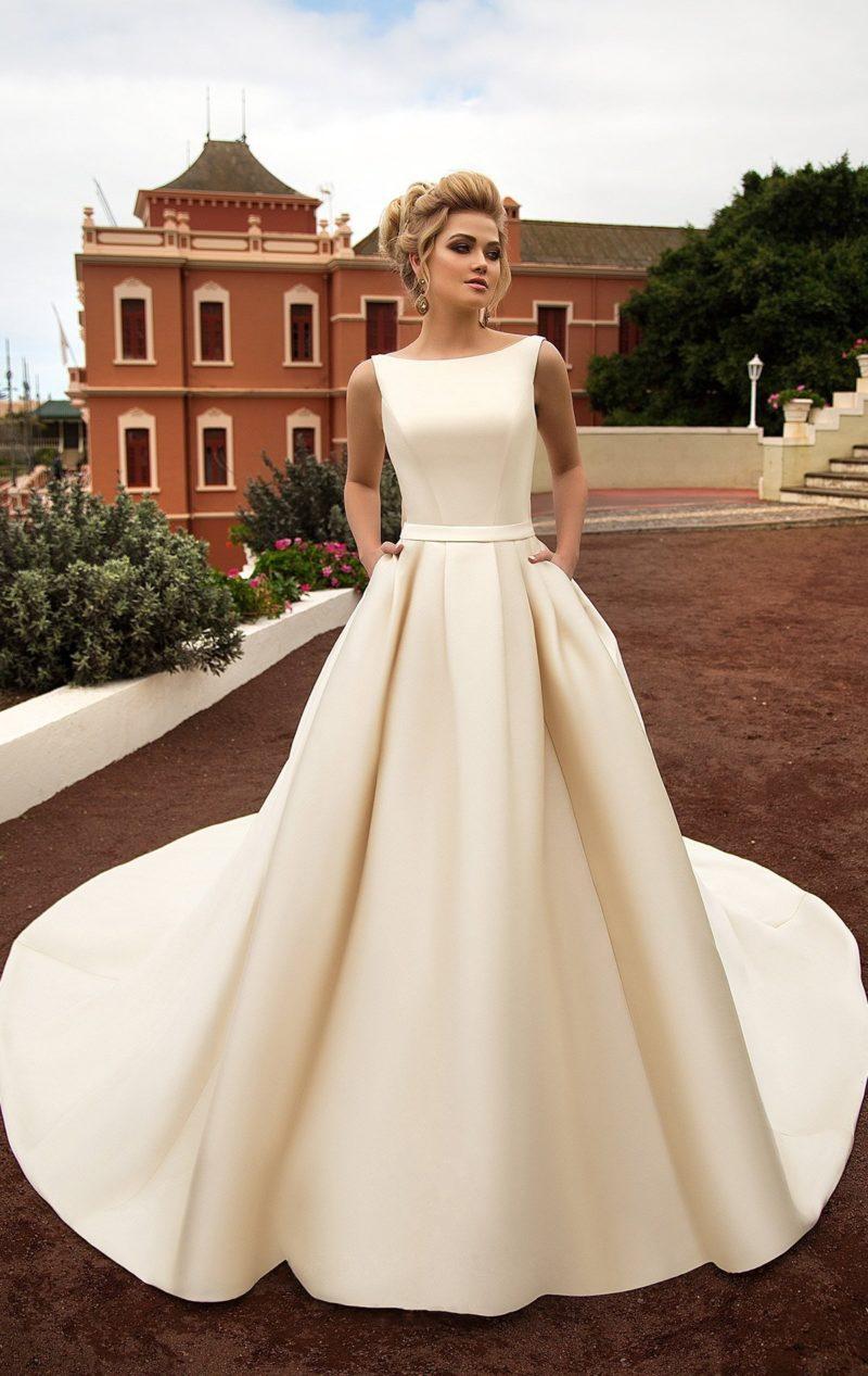 Атласное свадебное платье золотистого цвета в лаконичном стиле, с пышной юбкой со шлейфом.