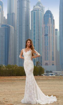 Облегающее свадебное платье с торжественным длинным шлейфом и полупрозрачным рукавом.