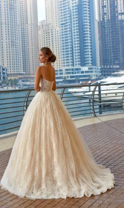 Пышное свадебное платье с открытым лифом в форме сердца и кружевным декором по юбке.