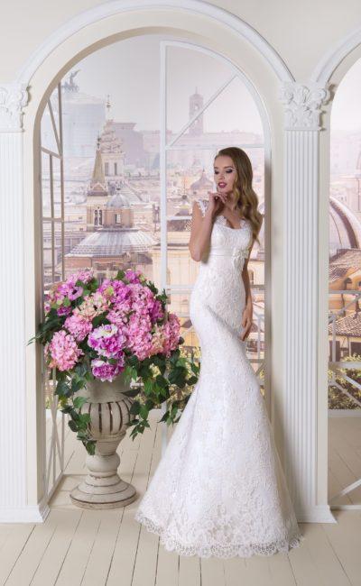 Свадебное платье облегающего кроя с эффектным кружевным декором и поясом под лифом.