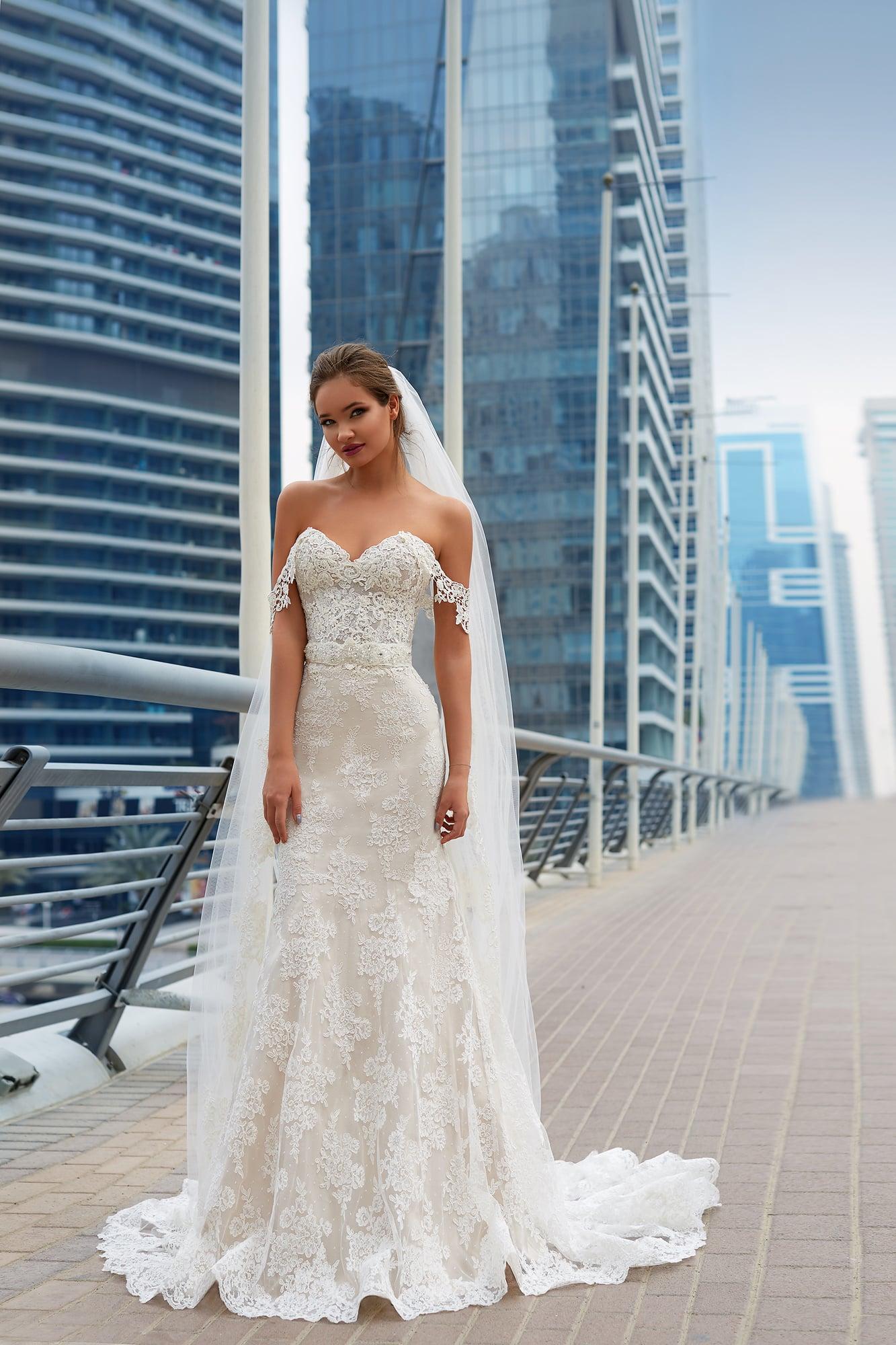 Кружевное свадебное платье с лифом в форме сердца и элегантной юбкой с шлейфом.