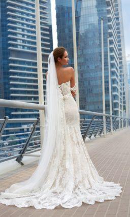 Кружевное свадебное платье с лифом в форме сердца и элегантной юбкой А-силуэта с шлейфом.