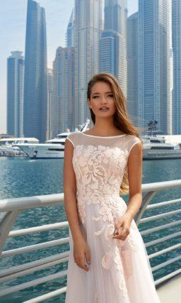 Свадебное платье силуэта с вырезом лодочкой и крупными цветочными аппликациями.
