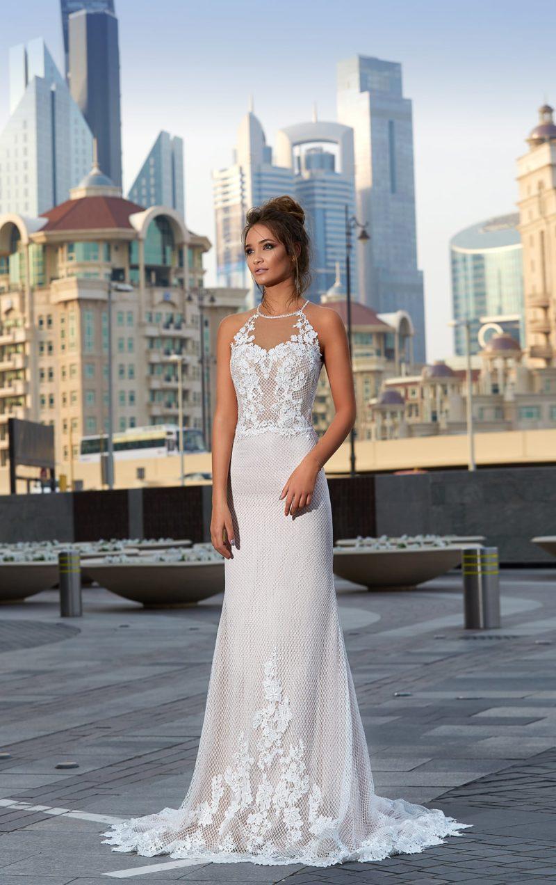Облегающее свадебное платье с американской проймой, отделкой из сетки и кружевных аппликаций.