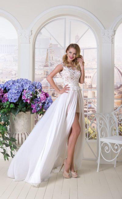 Прямое свадебное платье бежевого цвета с белой юбкой из шифона с высокими разрезами.